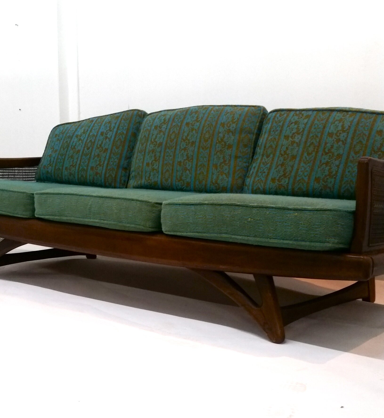 Mid century modern sofa cheap for Cheap modern furniture